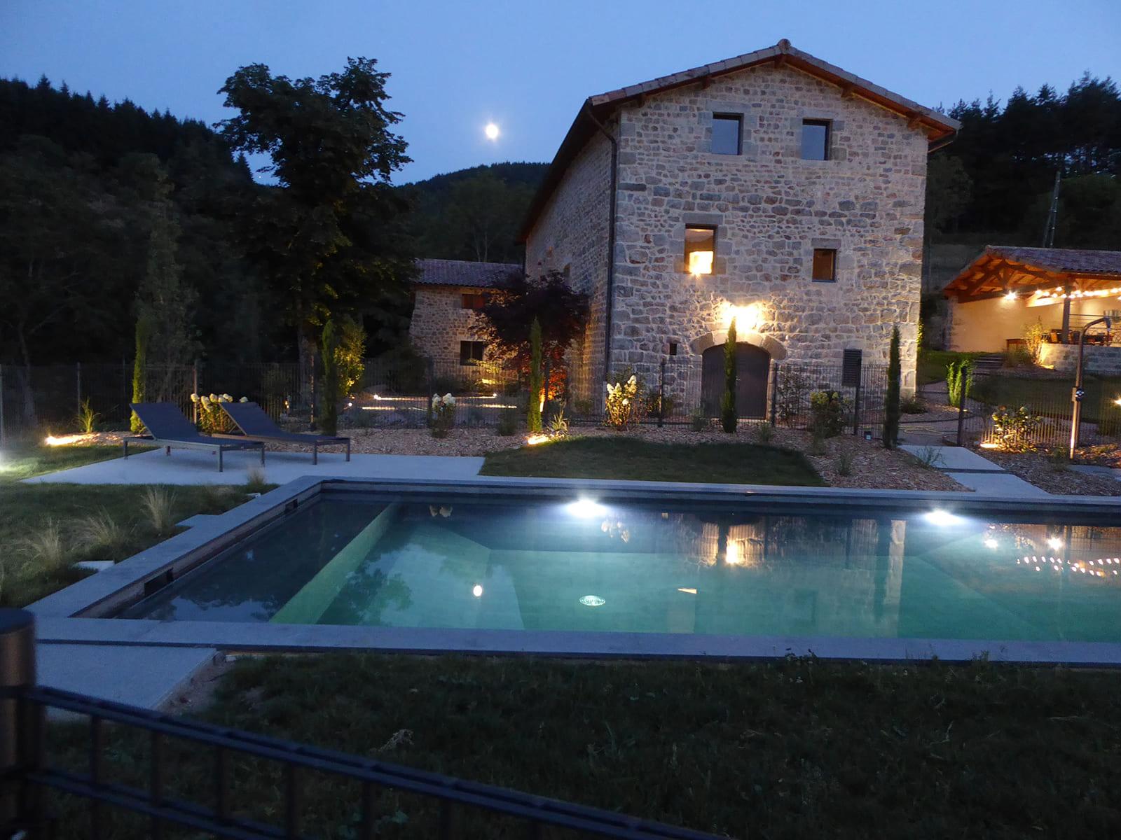 Le Val d'Or : vue de nuit des gîtes avec piscine chauffée et sécurisée en Ardèche