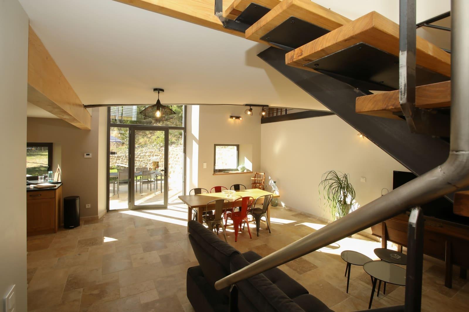 Grande pièce à vivre donnant accès au jardin, réservez votre séjour en Ardèche
